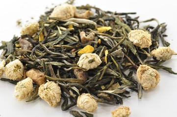 green loose tea with flowers