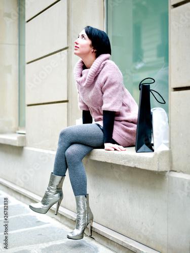 Jeune femme pensive assise sur un bord de fenetre for Bord de fenetre kite