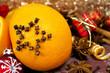 Orange mit Nelken und Christbaumkugeln