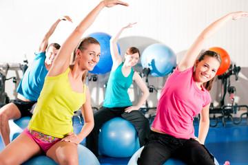 Gymnsastik auf Fitnessball