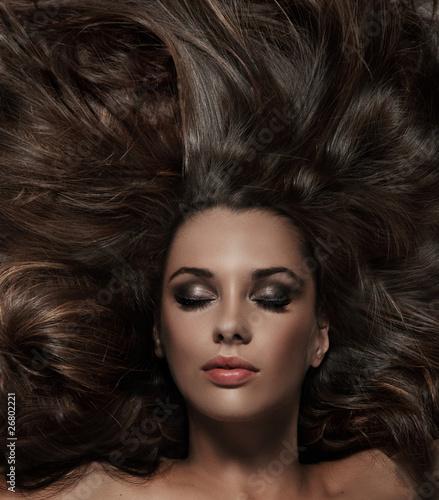 piekna-brunetka-z-dlugimi-wlosami