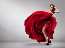 Schöne junge Dame mit roten Rose Kleid