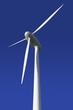 Windkraftrad vor blauem Hintergrund