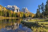 Fototapety Bergsee mit Spiegelung an einem Herbsttag in den Dolomiten