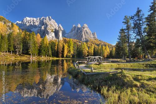 Górskie jezioro z odbicia na jesienne dni w Dolomitach