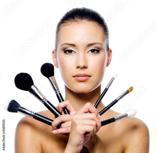 piekna-kobieta-z-makeup-szczotkuje-odosobnionego