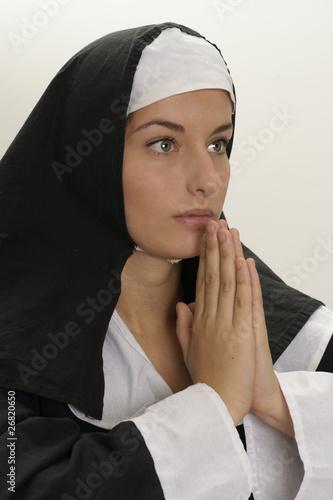 Nonne betet