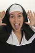 Nonne streckt die Zunge raus