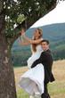 Bräutigam hebt Braut hoch