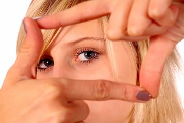 junge Frau macht einen Rahmen mit den Händen