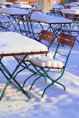 Biergarten Stühle und Tische im Winter