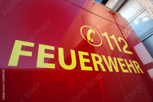 """Feuerwehrfahrzeug mit Aufschrift """"112 - Feuerwehr"""""""