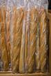 Baguettes de pain sur l'étalage d'une boulangerie industrielle a