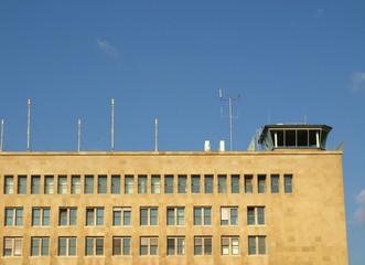 Gebäude vor blauem Himmel