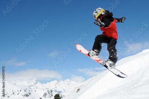 fototapeta na ścianę Junger Snowboarder im Funpark
