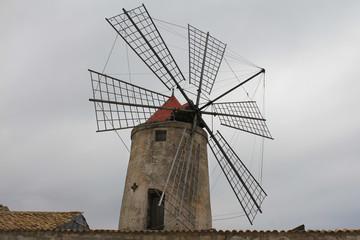 Antico mulino a vento nelle saline di Marsala