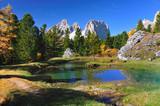 Kleiner See im Wald mit Spiegelung der Berge