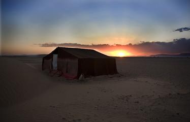 Jaima en el desierto del Sáhara a atardecer