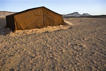 Jaima en el desierto a amanecer