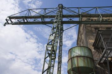 Industrieanlage unter blauem Himmel