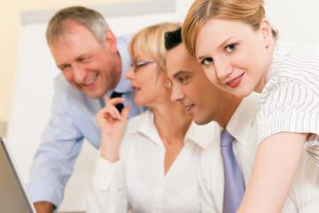 Teamarbeit - Diskussion im Büro