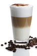 latte macchiato mit schokopulver und kaffeebohnen