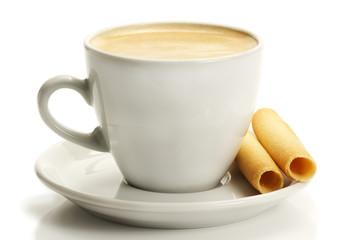 kaffee in einer weissen tasse mit kaffeegebäck