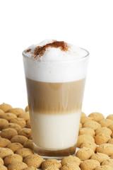 latte macchiato zwischen vielen amarettini
