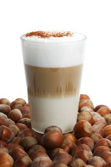 latte macchiato zwischen vielen haselnüssen
