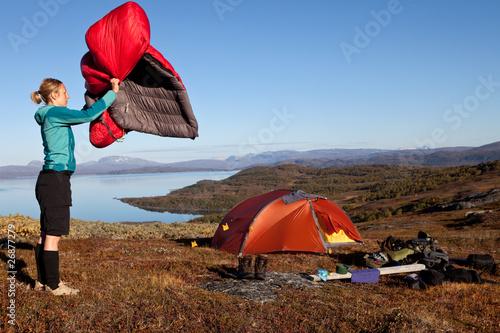 Schlafsack ausschütteln am Morgen - 26877279