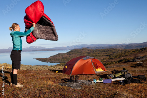 canvas print picture Schlafsack ausschütteln am Morgen