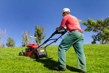 Ragazzo che falcia l'erba