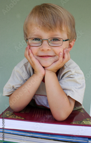 Junge lächelnd/Bücher