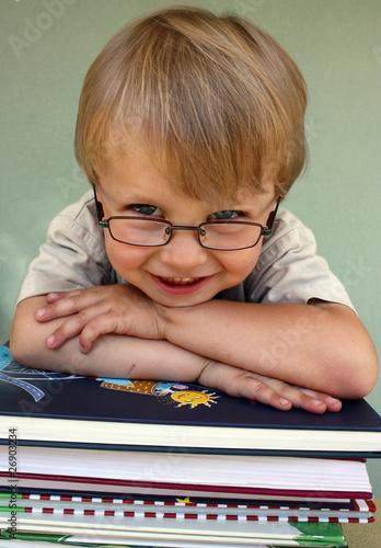 Junge&Bücher lächelnd