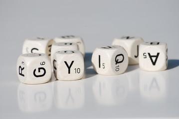 jeu de dés blancs avec des lettres sur fond blanc