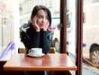 Jeune femme buvant un café