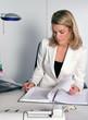 Frau am Schreibtisch