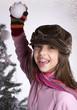 jeune adolescente qui lance une boule de neige