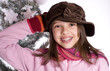 jeune adolescente à la casquette devant le sapin
