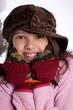 portrait d'une jeune adolescente frileuse