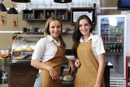 Kelnerki pracujące w kawiarni