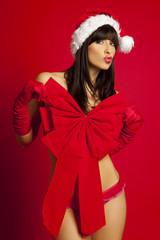 sexy frau als weihnachtsgeschenk verpackt