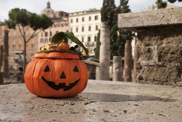 Zucca di Halloween tra le rovine dell'Antica Roma