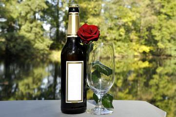 Stilleben mit Bier, Glas und Rose