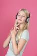 Junge attraktive blonde Frau mit Kopfhörern