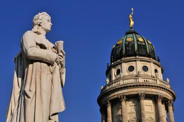 Das Denkmal von Friedrich Schiller vor dem Französischen Dom