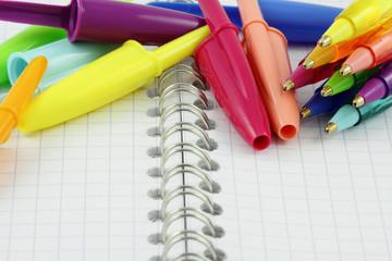 stylos à bille sur carnet à spirale