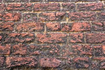 Rote Steinmauer