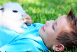 Kind mit Hase