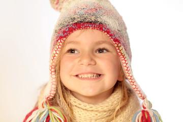 Kind mit Pudelmütze (schneebedeckt)